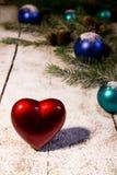 Tarjeta de Navidad con el corazón rojo Fotografía de archivo libre de regalías