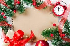 Tarjeta de Navidad con el cuaderno y el reloj vacíos Imagen de archivo