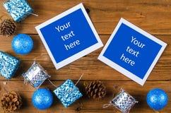 Tarjeta de Navidad con el espacio para el texto o la foto en un backgrou de madera Imagen de archivo libre de regalías