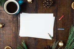 Tarjeta de Navidad con el espacio y las decoraciones, café de la taza Imagenes de archivo