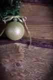 Tarjeta de Navidad con el juguete de oro Foto de archivo