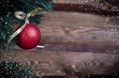 Tarjeta de Navidad con el juguete rojo Foto de archivo libre de regalías