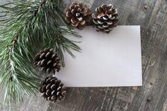 Tarjeta de Navidad con el lugar para el texto en backgraund de madera Imagen de archivo libre de regalías