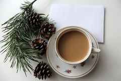 Tarjeta de Navidad con el lugar para el texto con la taza de cofee Fotos de archivo