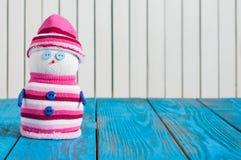 Tarjeta de Navidad con el muñeco de nieve en traje rayado con Foto de archivo