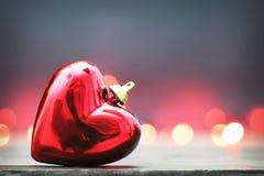 Tarjeta de Navidad con el ornamento en forma de corazón de la Navidad Foto de archivo libre de regalías