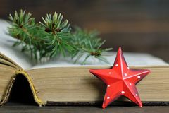 Tarjeta de Navidad con el ornamento rojo de la estrella de la Navidad Imágenes de archivo libres de regalías