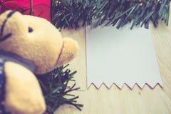 Tarjeta de Navidad con el oso de peluche Feliz Navidad y una Feliz Año Nuevo Fotografía de archivo
