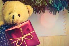 Tarjeta de Navidad con el oso de peluche Feliz Navidad y una Feliz Año Nuevo Imagen de archivo