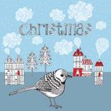 Tarjeta de Navidad con el pájaro y el invierno poca ciudad. Fotografía de archivo libre de regalías