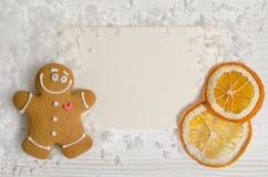 Tarjeta de Navidad con el pan de jengibre y la naranja secada Fotos de archivo libres de regalías
