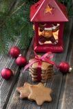Tarjeta de Navidad con el pan de jengibre y las decoraciones Imagen de archivo libre de regalías