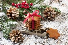Tarjeta de Navidad con el pan de jengibre y las decoraciones Fotos de archivo libres de regalías