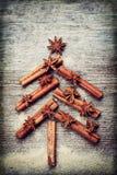 Tarjeta de Navidad con el árbol de abeto de la Navidad hecho de los palillos de canela de las especias, de la estrella del anís y Fotos de archivo