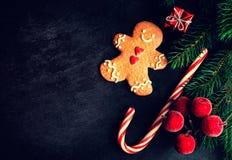 Tarjeta de Navidad con el regalo de la Navidad, galleta del hombre de pan de jengibre, abeto Foto de archivo libre de regalías