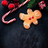 Tarjeta de Navidad con el regalo de la Navidad, galleta del hombre de pan de jengibre, abeto Fotos de archivo
