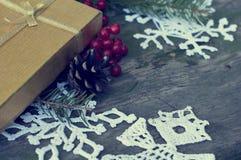 Tarjeta de Navidad con el regalo y la decoración con el tono Imágenes de archivo libres de regalías