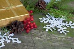 Tarjeta de Navidad con el regalo y los copos de nieve hechos punto Imágenes de archivo libres de regalías