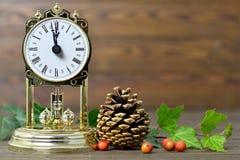 Tarjeta de Navidad con el reloj del vintage y la decoración natural de la Navidad Fotografía de archivo