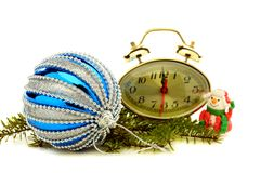 Tarjeta de Navidad con el reloj, el muñeco de nieve y la bola azul. Foto de archivo