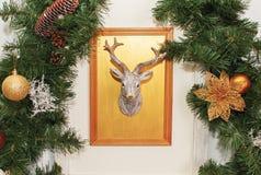 Tarjeta de Navidad con el reno y el árbol verde Foto de archivo