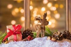 Tarjeta de Navidad con el reno y el presente Fotografía de archivo
