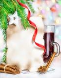 Tarjeta de Navidad con el vino y las especias reflexionados sobre Fotos de archivo libres de regalías