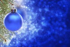 Tarjeta de Navidad con la bola azul Fotografía de archivo libre de regalías