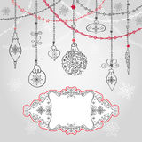 Tarjeta de Navidad con la bola, guirnaldas, etiqueta stock de ilustración