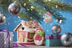 Tarjeta de Navidad con la casa de pan de jengibre, el muñeco de nieve y otras decoraciones de la Navidad Fotografía de archivo