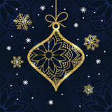 Tarjeta de Navidad con la chuchería y los copos de nieve de oro del brillo Fotografía de archivo libre de regalías