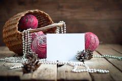 Tarjeta de Navidad con la composición de bolas naturales rosadas Fotografía de archivo