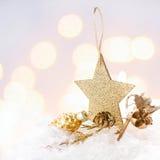 Tarjeta de Navidad con la estrella de oro y decoraciones en Chr Defocused Imágenes de archivo libres de regalías