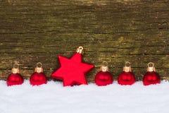 Tarjeta de Navidad con la estrella y las bolas Imagenes de archivo