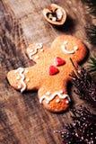Tarjeta de Navidad con la galleta del hombre de pan de jengibre y el decorati festivo Foto de archivo libre de regalías