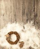 Tarjeta de Navidad con la guirnalda y pocas liebres de la corteza de abedul en un fondo de madera Imágenes de archivo libres de regalías