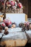 Tarjeta de Navidad con la letra blanca en la composición en la tabla de madera Imagenes de archivo