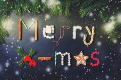 Tarjeta de Navidad con la letra de las melcochas, pan de jengibre, cinna Foto de archivo