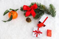 Tarjeta de Navidad con la naranja, el chocolate y la decoración Espacio para su texto Imagen de archivo
