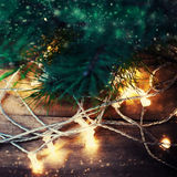 Tarjeta de Navidad con la rama de árbol de abeto sobre fondo de madera con Fotos de archivo