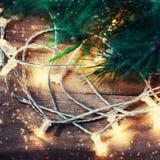 Tarjeta de Navidad con la rama de árbol de abeto sobre fondo de madera con Imágenes de archivo libres de regalías