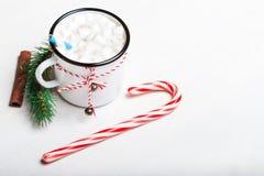 Tarjeta de Navidad con la taza del vintage, cacao caliente, melcocha con xma Imágenes de archivo libres de regalías