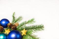 Tarjeta de Navidad con las bolas azules Imágenes de archivo libres de regalías