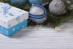 Tarjeta de Navidad con las bolas, caja de regalo Imagen de archivo libre de regalías