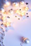 Tarjeta de Navidad con las bolas de la Navidad y la Navidad Foto de archivo libre de regalías