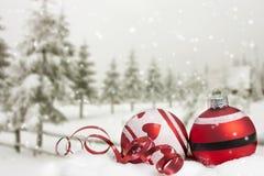 Tarjeta de Navidad con las bolas de la Navidad y los árboles nevosos Imagenes de archivo