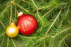 Tarjeta de Navidad con las bolas del árbol y de la Navidad de abeto imagen de archivo
