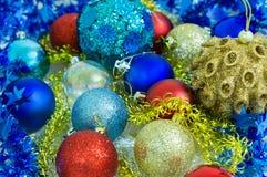 Tarjeta de Navidad con las bolas multicoloras Imagenes de archivo