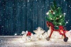 Tarjeta de Navidad con las bolas y el rojo del abeto Imagen de archivo libre de regalías