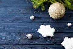 Tarjeta de Navidad con las bolas y las estrellas de plata en TA de madera azul Foto de archivo libre de regalías